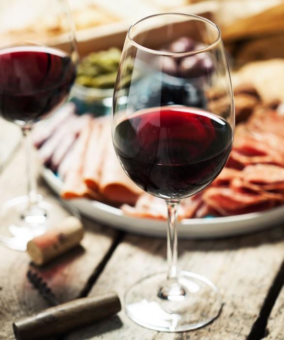 Полусухое красное вино для прекрасного ужина